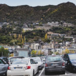 混雑した広い駐車場。あなたはどこに停めますか?