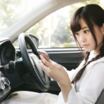 明日からスマホながら運転が罰則強化。一発免停も!?